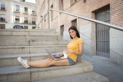 Mujer latina atractiva que trabaja en su ordenador portátil Fotografía de archivo