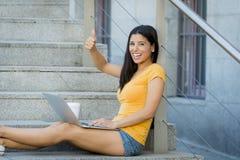 Mujer latina atractiva que trabaja en su ordenador portátil Fotos de archivo