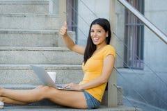 Mujer latina atractiva que trabaja en su ordenador portátil Imagen de archivo libre de regalías