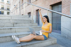 Mujer latina atractiva que trabaja en su ordenador portátil Imagen de archivo