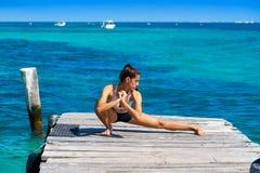 Mujer latina del atleta que estira en el Caribe Imagen de archivo