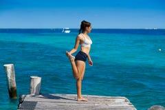 Mujer latina del atleta que estira en el Caribe Fotos de archivo libres de regalías