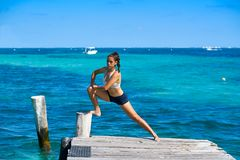 Mujer latina del atleta que estira en el Caribe Fotografía de archivo