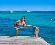 Mujer latina del atleta que estira en el Caribe Fotos de archivo