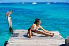 Mujer latina del atleta que estira en el Caribe Imagenes de archivo