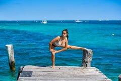 Mujer latina del atleta que estira en el Caribe Fotografía de archivo libre de regalías