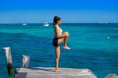 Mujer latina del atleta que estira en el Caribe Foto de archivo