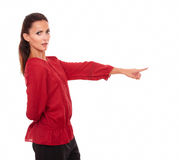 Mujer latina encantadora que señala a su izquierda Fotografía de archivo libre de regalías