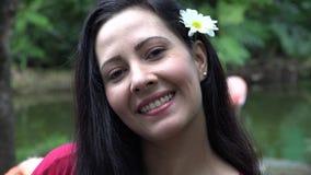 Mujer latina feliz en naturaleza almacen de metraje de vídeo