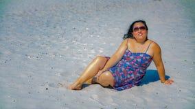 Mujer latina hermosa con el pelo negro largo en un vestido azul con los detalles en rojo fotografía de archivo