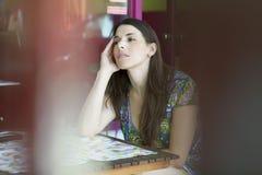 Mujer latina joven en la barra de la calle preocupante Imagen de archivo