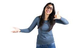 Mujer latina joven feliz que me hace una llamada gesto Imagenes de archivo