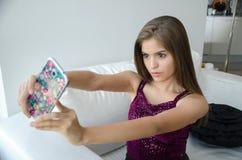 Mujer latina joven que toma un selfie Foto de archivo libre de regalías