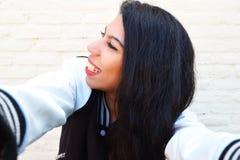 Mujer latina joven que toma un selfie fotos de archivo