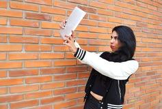 Mujer latina que toma un selfie con una tableta Fotos de archivo libres de regalías
