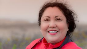 Mujer latina sonriente feliz hermosa en un día ventoso maravilloso imagen de archivo