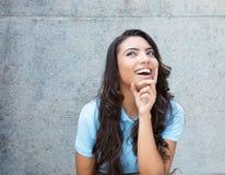 Mujer latinoamericana feliz con el pelo largo al aire libre en el verano Fotografía de archivo