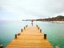 Mujer libre en la playa Imágenes de archivo libres de regalías