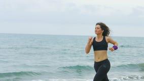 Mujer libre que corre con el pelo flojo Muchacha que disfruta de actividades de los deportes al aire libre metrajes