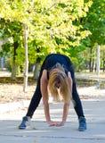 Mujer limbering para arriba para los ejercicios Fotografía de archivo libre de regalías