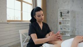 Mujer linda bonita durante masaje en la cara en el sal?n del balneario almacen de video