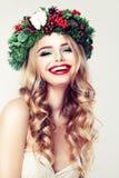 Mujer linda con el pelo rubio de Permed, maquillaje rojo de los labios Foto de archivo