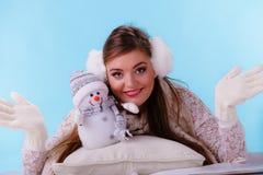 Mujer linda con el pequeño muñeco de nieve Moda del invierno Foto de archivo