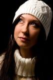 Mujer linda con el sombrero blanco del invierno Fotos de archivo
