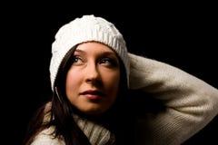 Mujer linda con el sombrero blanco del invierno Imagen de archivo