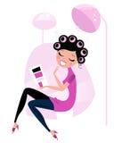 Mujer linda de la belleza en salón de pelo rosado.