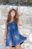Mujer linda de la moda contra la pared de la roca Imagen de archivo libre de regalías