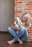 Mujer linda de la señora con el perrito Foto de archivo