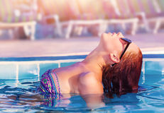 Mujer linda en la piscina Fotos de archivo