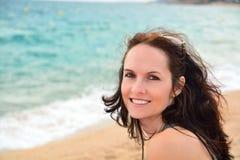 Mujer linda en la playa fotos de archivo