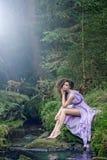 Mujer linda en paisaje de la naturaleza Imagen de archivo libre de regalías