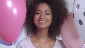 Mujer linda feliz joven con los globos que sonríe, ascendente cercano almacen de metraje de vídeo