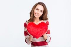 Mujer linda feliz que lleva a cabo el corazón rojo Fotografía de archivo libre de regalías