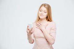 Mujer linda feliz que usa smartphone Imagen de archivo
