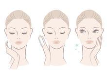 Mujer linda fresca que aplica la loción facial