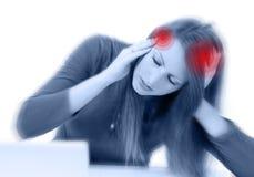 Mujer linda joven con dolor de cabeza severo Imagenes de archivo