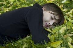 Mujer linda joven en parque del otoño Foto de archivo