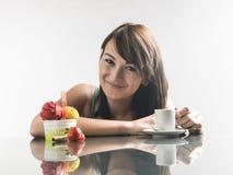 Mujer linda joven que mira el helado y el café con la reflexión foto de archivo libre de regalías