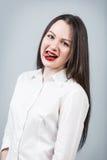 Mujer linda joven que muestra la lengua Fotografía de archivo