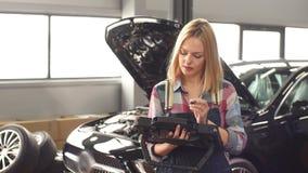 Mujer linda joven que trabaja con la herramienta de alta calidad, exacta, confiable, de diagnóstico almacen de video