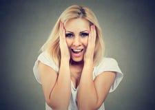 Mujer linda joven sorprendida que sonríe en estudio imagen de archivo