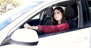Mujer linda que conduce un coche almacen de metraje de vídeo