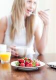 Mujer linda que desayuna sano Imagen de archivo