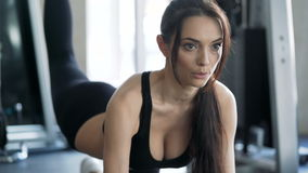 Mujer linda que ejercita en el gimnasio