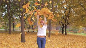 Mujer linda que lanza a Autumn Leaves Having Fun Laughing en Forest Foliage colorido metrajes