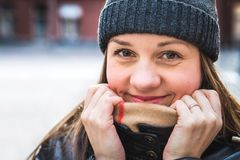 Mujer linda que lleva una gorrita tejida en invierno Persona feliz y sonriente foto de archivo